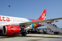 Τα αεροσκάφη των αερογραμμών της Μάλτας που παίρνουν τη συντήρηση στον αερολιμένα της Μάλτας Στοκ φωτογραφίες με δικαίωμα ελεύθερης χρήσης