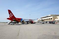 Τα αεροσκάφη των αερογραμμών της Μάλτας που παίρνουν τη συντήρηση στον αερολιμένα της Μάλτας Στοκ εικόνα με δικαίωμα ελεύθερης χρήσης