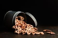 Τα ακατέργαστα ζυμαρικά δεσμών τόξων γαλβανισμένος μπορούν στοκ εικόνα με δικαίωμα ελεύθερης χρήσης