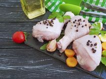 Τα ακατέργαστα πόδια πουλιών κοτόπουλου, λεμόνι, σκόρδο, μαϊντανός, καρότα γευμάτων γαστρονομίας, προετοιμάζουν το πετρέλαιο σε έ Στοκ φωτογραφία με δικαίωμα ελεύθερης χρήσης