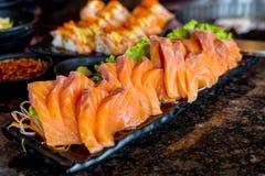 Τα ακατέργαστα salmons διακοσμούν με σειρήτι στο πιάτο με το wasabi στο εστιατόριο, ιαπωνικό ύφος τροφίμων στοκ εικόνα με δικαίωμα ελεύθερης χρήσης