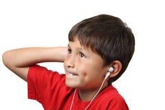 τα ακουστικά αγοριών ακούνε μουσική τις νεολαίες Στοκ Φωτογραφίες