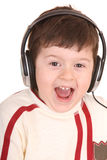 τα ακουστικά αγοριών ακούνε μουσική Στοκ Φωτογραφίες