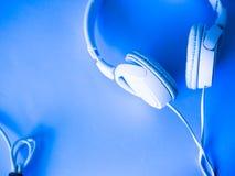 Τα ακουστικά βρίσκονται υπόβαθρο στοκ εικόνες με δικαίωμα ελεύθερης χρήσης