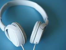 Τα ακουστικά βρίσκονται υπόβαθρο στοκ εικόνα