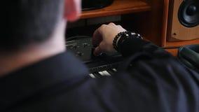 Τα ακουστικά και το πιάνο του Midi πληκτρολογούν στο σπίτι το στούντιο με τα υγιή εξογκώματα στροφής χεριών μηχανικών στο soundbo απόθεμα βίντεο