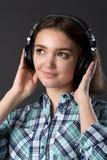 τα ακουστικά κοριτσιών ακούνε μουσική τις νεολαίες Στοκ φωτογραφία με δικαίωμα ελεύθερης χρήσης