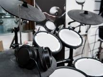 Τα ακουστικά κλείνουν επάνω στο ηλεκτρονικό τύμπανο Στοκ εικόνες με δικαίωμα ελεύθερης χρήσης