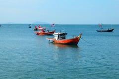 Τα αλιευτικά σκάφη βρίσκονται στην άγκυρα θαλασσίως, και τα ζωηρόχρωμων κοχύλια παραλιών και στοκ εικόνα με δικαίωμα ελεύθερης χρήσης