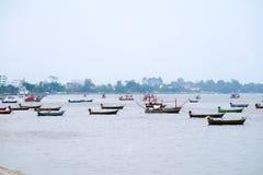 Τα αλιευτικά σκάφη δένονται κοντά στην ακτή ως προειδοποίηση και ισχυροί άνεμοι θύελλας στοκ εικόνα με δικαίωμα ελεύθερης χρήσης