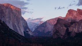 Τα αλπικά σύνολα πυράκτωσης στην κορυφή της κοιλάδας Yosemite φιλμ μικρού μήκους