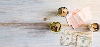 Τα αμερικανικά δολάρια και το ουκρανικό hryvnia σε ένα άσπρο υπόβαθρο απομονώνουν Στοκ Εικόνες
