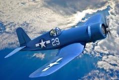 Τα αμερικανικά επιβιβασμένα μαχητικά αεροσκάφη πετούν ενάντια στο μπλε ουρανό Στοκ εικόνα με δικαίωμα ελεύθερης χρήσης
