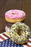 Τα αμερικανικά donuts συσσωρεύονται σε κάθε othe στοκ φωτογραφίες