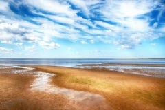 Τα αμμώδη τεντώματα ακτών στην απόσταση Στοκ φωτογραφία με δικαίωμα ελεύθερης χρήσης