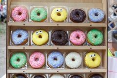 Τα ανάμεικτα νόστιμα ζωηρόχρωμα donuts στην ξύλινη προθήκη, κλείνουν επάνω την άποψη Στοκ φωτογραφία με δικαίωμα ελεύθερης χρήσης