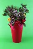τα ανάμεικτα Χριστούγεννα κάδων ρύθμισης αργιλίου διακοσμούν το κόκκινο Στοκ φωτογραφία με δικαίωμα ελεύθερης χρήσης