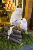 τα ανάμεικτα Χριστούγεννα κάδων ρύθμισης αργιλίου διακοσμούν το κόκκινο Στοκ Εικόνες