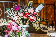 Τα αναδρομικά καθορισμένα γυαλιά κόμματος, καπέλα, χείλια, mustaches, καλύπτουν τις γαμήλιες αστείες εικόνες κομμάτων θαλάμων φωτ στοκ φωτογραφία με δικαίωμα ελεύθερης χρήσης
