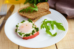 Τα ανακατωμένα αυγά, που ψήνονται σε ένα πιπέρι κουδουνιών δαχτυλιδιών, φρυγανιά, arugula φεύγουν Στοκ φωτογραφίες με δικαίωμα ελεύθερης χρήσης