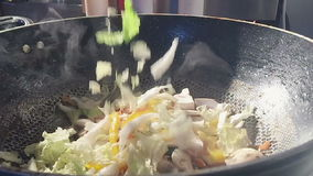 Τα ανακατώνω-τηγανισμένα κινεζικά λαχανικά πέφτουν αργά φιλμ μικρού μήκους