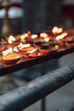 Τα αναμμένα κεριά πετρελαίου για θείο ` s λατρεύουν τις εσωτερικές σπηλιές Batu κοντά στη Κουάλα Λουμπούρ, Μαλαισία Στοκ εικόνα με δικαίωμα ελεύθερης χρήσης
