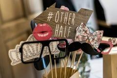 Τα αναδρομικά καθορισμένα γυαλιά κόμματος, καπέλα, χείλια, mustaches, καλύπτουν τις γαμήλιες αστείες εικόνες κομμάτων θαλάμων φωτ Στοκ Φωτογραφία