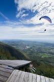 Τα ανεμόπτερα που πετούν στον ουρανό, με μια κεκλιμένη ράμπα για κρεμούν τα ανεμοπλάνα και Στοκ Εικόνες