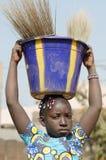 Τα ανθρώπινα δικαιώματα - έννοια παιδικής εργασίας λίγο αφρικανικό κορίτσι λυπημένο Outd Στοκ Φωτογραφίες