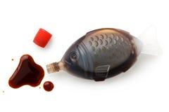 Τα ανοικτά ψάρια που διαμορφώνονται παίρνουν μαζί τη σάλτσα σόγιας που απομονώνεται στο λευκό από το abo Στοκ εικόνες με δικαίωμα ελεύθερης χρήσης