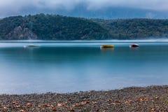 Ταλαντεμένος βάρκες Στοκ Εικόνες