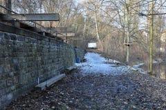 Ταλαντεμένος πάγκος στο πάρκο πόλεων από τον ποταμό Στοκ φωτογραφίες με δικαίωμα ελεύθερης χρήσης