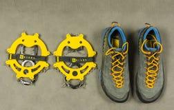 Τα αντιολισθητικά σκυλιά έλκηθρου Grivel παρουσίασης έτρεξαν και Λα παπουτσιών προσέγγισης Sportiva TX4 επάνω από την όψη Στοκ εικόνες με δικαίωμα ελεύθερης χρήσης