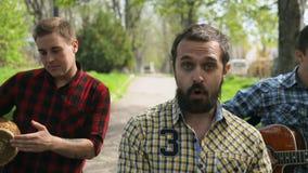 Ταλαντούχοι τύποι στο πουκάμισο καρό που περπατά κάτω από απόθεμα βίντεο