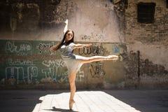 Ταλαντούχος χορευτής που αποδίδει υπαίθρια στοκ φωτογραφία