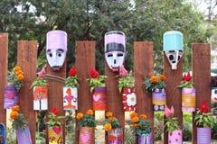Ταλαντούχος χρήση των δοχείων κασσίτερου ως δοχεία λουλουδιών Στοκ εικόνες με δικαίωμα ελεύθερης χρήσης