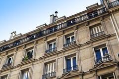 Τα ανώτερα πατώματα ενός κατοικημένου κτηρίου στο Παρίσι Στοκ Εικόνα