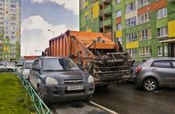 Τα απορρίματα δεν μπορούν να περάσουν μεταξύ των σταθμευμένων αυτοκινήτων στοκ φωτογραφία με δικαίωμα ελεύθερης χρήσης
