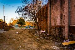 Τα απορρίμματα και τα εγκαταλειμμένα κτήρια στην παλαιά πόλης λεωφόρο στη Βαλτιμόρη, χαλούν Στοκ φωτογραφία με δικαίωμα ελεύθερης χρήσης
