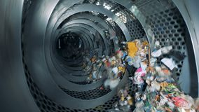 Τα απορρίμματα περιστρέφονται μέσα σε μια βιομηχανική μηχανή ανακύκλωσης Εξοπλισμός ανακύκλωσης αποβλήτων φιλμ μικρού μήκους