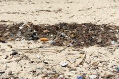 Τα απόβλητα στις άμμους προκαλούν την περιβαλλοντική ρύπανση Στοκ φωτογραφίες με δικαίωμα ελεύθερης χρήσης