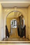Τα αρίστης ποιότητας σκαλοπάτια archï ¼ Œstone λεσχών σχηματίζουν αψίδα, κυλιόμενες σκάλες και κουρτίνα, λουλούδι Στοκ Εικόνες