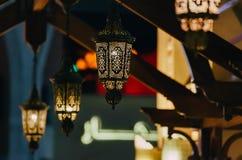 Τα αραβικά φανάρια οδών φωτίζουν στην πόλη νύχτας του Ντουμπάι στα Ηνωμένα Αραβικά Εμιράτα στοκ φωτογραφία με δικαίωμα ελεύθερης χρήσης