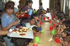 Τα αργεντινά παιδιά τρώνε σε μια κουζίνα σούπας στοκ εικόνες με δικαίωμα ελεύθερης χρήσης