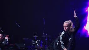 Τα αρκετά δυναμικά κορίτσια στα μαύρα αθλητικά ενδύματα αποδίδουν στη σκηνή στο φεστιβάλ φιλμ μικρού μήκους