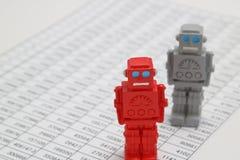 Τα αρρενωπά ρομπότ ή η τεχνητή νοημοσύνη και οι αριθμοί γράφονται τα έγγραφα σχετικά με το άσπρο υπόβαθρο Στοκ Εικόνα