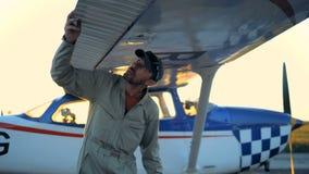 Τα αρσενικά πειραματικά φτερά αεροπλάνων ελέγχων, κλείνουν επάνω απόθεμα βίντεο