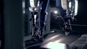 Τα αρσενικά πόδια περπατούν με τη βοήθεια μιας μηχανής προσομοίωσης απόθεμα βίντεο
