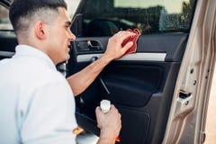 Τα αρσενικά χέρια καθαρίζουν το αυτοκίνητο Στοκ εικόνα με δικαίωμα ελεύθερης χρήσης