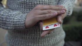 Τα αρσενικά χέρια παρουσιάζουν τέχνασμα με μια γέφυρα των καρτών απόθεμα βίντεο